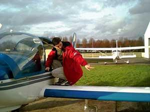 Mon pilote vérifie la sécurité de l'avion et suit sa liste de check...
