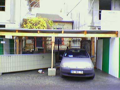 Suresnes - Une maison entre deux immeubles en construction