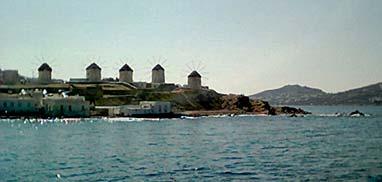Les fameux moulins à vent à l'entrée de Mykonos