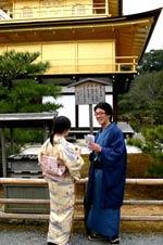 Couple en habits traditionnels devant le Pavillon d