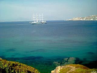 Vue d'un navire dans la baie de Mykonos en allant vers Ornos