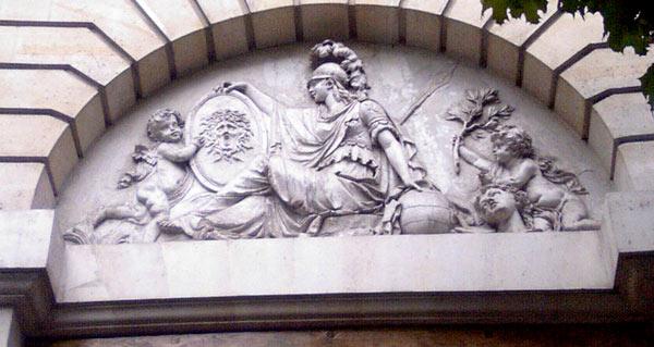 Détail du fronton du Temple d'Athéna du 11e arrondissement de Paris