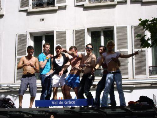 Gens sur un abribus à la Gay Pride 2008
