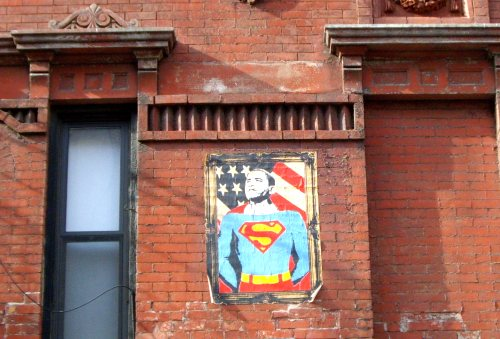 Une caricature mi-superman mi-Obama sur un mur dans l'East Side