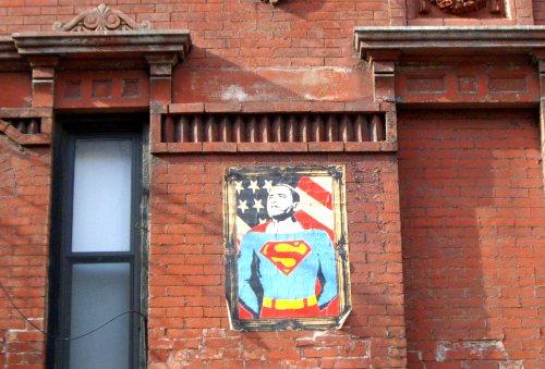 Une caricature mi-superman mi-Obama sur un mur dans l'East Side