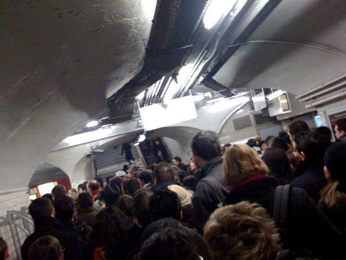 Embouteillage dans les couloirs du métro République