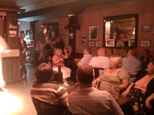 Le public de Lady Jayne au Fagins (Sidari, Corfou)