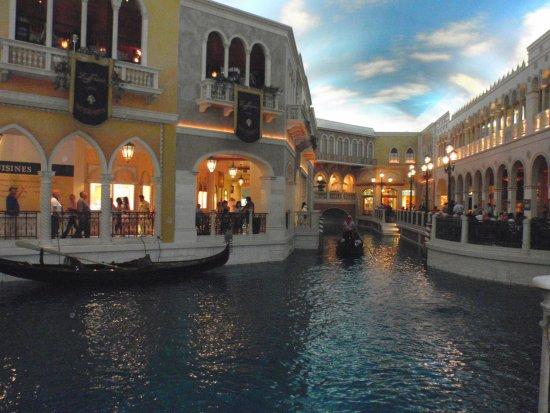 Le canal de Venise et sa gondole au Venetian - Las Vegas