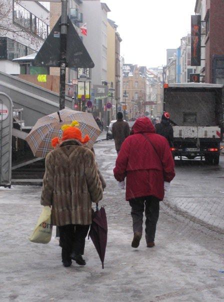 Dame à la perruque orange au carnaval de Cologne