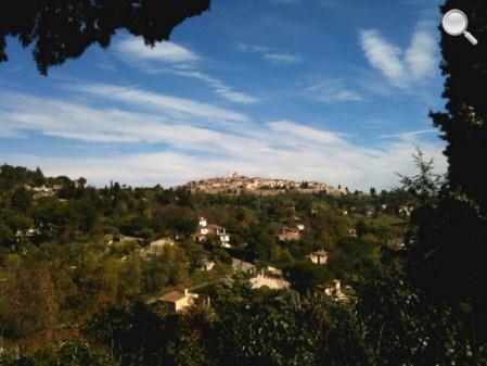 Vue lointaine de St Paul de Vence