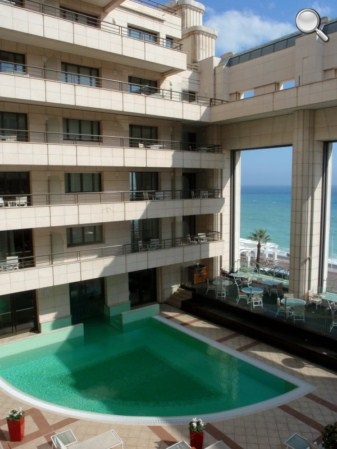 Vue de la piscine intérieure de l'hôtel