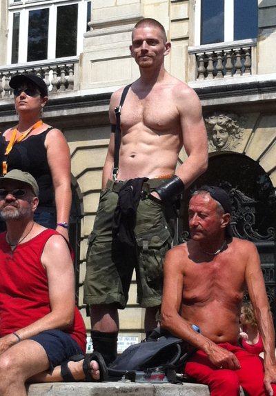 Ma marotte de Gay Pride : trouver ce gars tous les ans !!