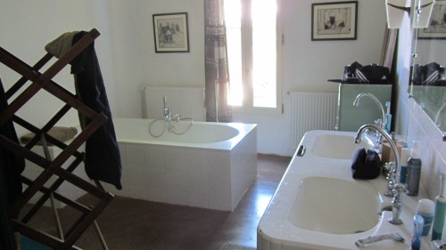 Salle de bains attenante à la chambre