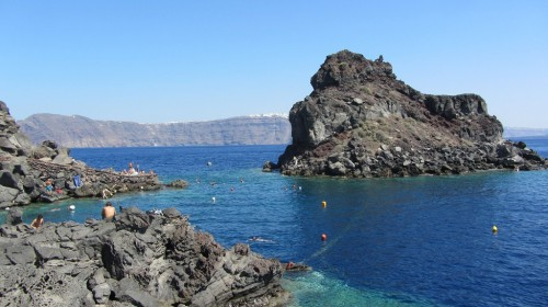 Rocher et plage d'Ammoudi à Oia - Santorin