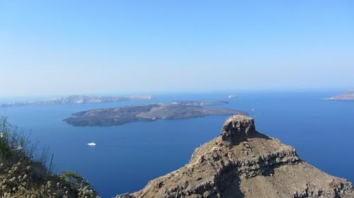 Vue de l'île volcanique Nea Kameni et le rocher de Skaros au premier plan (ancien fort vénitien)