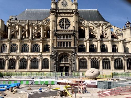 """""""Ecoute"""" de Henri Miller place René Cassin, devant l'église Saint-Eustache en travaux"""